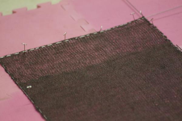 Bloqueo con cables sobre una superficie blanda donde poder pinchar alfileres